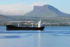 在袭击的Cargoship 毛里求斯 库存图片