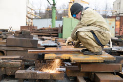 在裁减工作期间的焊工 免版税库存图片