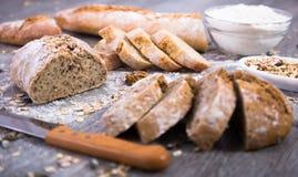 在裁减的五谷面包在一张木桌上 免版税图库摄影