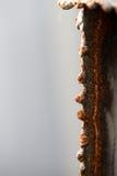 在裁减钢的边缘的红色铁锈 库存照片