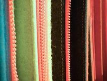 在裁缝车间的五颜六色的织品样品 库存照片