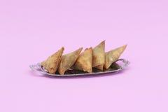 在裂片盛肉盘的五samosas 库存图片