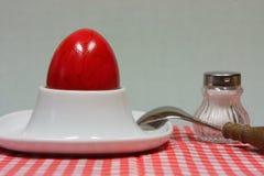 在装煮好带壳蛋之小杯的复活节彩蛋 免版税库存照片