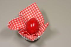 在装煮好带壳蛋之小杯的鸡蛋 库存图片