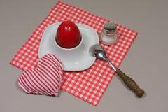 在装煮好带壳蛋之小杯的鸡蛋 免版税库存照片