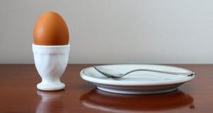 在装煮好带壳蛋之小杯的鸡蛋 免版税库存图片