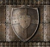 在装甲背景的金属盾 免版税库存照片