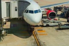 在装货和换装燃料期间的客机 免版税库存图片