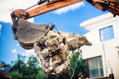 在装载大具体块的爆破位置的挖掘机 库存图片