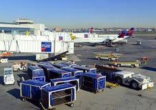 在装载它的货物的柏油碎石地面的商业喷气机在机场在飞行前 免版税库存图片