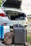 在装载的行李在车厢上前 免版税库存照片