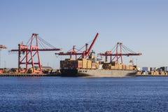 在装载码头的集装箱船 免版税图库摄影