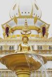 在装饰喷泉的菩萨图象在Phra玛哈Chedi柴Mongkol、Roi和省,东北泰国前面 图库摄影