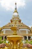 在装饰喷泉的菩萨图象在Phra玛哈Chedi柴Mongkol、Roi和省,东北泰国前面 库存照片
