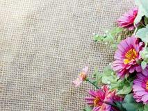 在装饰桌布的花在袋装的背景空间和构成 免版税库存图片