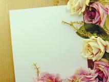在装饰用葡萄酒过滤器颜色做的背景空间和构成的花 库存照片