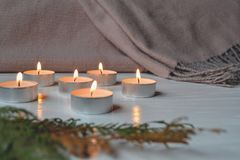 在装饰白色背景的烛光 禅宗 安排为放松 库存照片