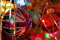 在装饰的圣诞树的拙劣的文学作品英国国旗中看不中用的物品 库存照片