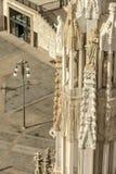 在装饰的大教堂石峰,米兰,意大利的大理石象 免版税库存照片