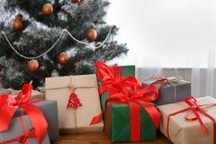 在装饰的树背景,假日概念的圣诞节礼物 库存图片