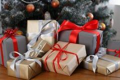 在装饰的树背景,假日概念的圣诞节礼物 免版税图库摄影