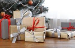 在装饰的树背景,假日概念的圣诞节礼物 图库摄影