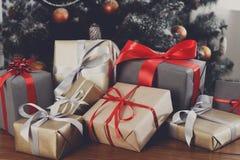 在装饰的树背景,假日概念的圣诞节礼物 免版税库存图片
