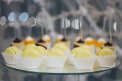 在装饰的桌上隔绝的甜五颜六色的macarons 库存照片