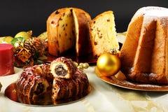在装饰的表的圣诞节甜点 免版税库存图片