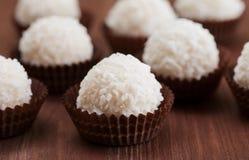 在装饰盘子的白色椰子candys 库存照片