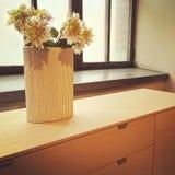 在装饰窗口的花瓶的花 免版税库存照片