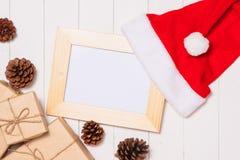 在装饰箱子的圣诞节礼物在白色木桌bac 免版税库存照片