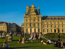 在装饰艺术博物馆庭院的日落在巴黎 免版税库存图片