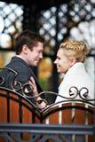在装饰长凳的愉快的新娘和新郎 免版税库存照片