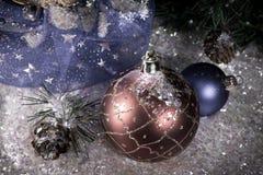 在装饰雪的红色新年` s球和与礼物的一个袋子,定调子 库存图片