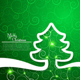 在装饰绿色背景的圣诞树 免版税库存照片