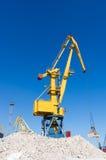 在装货的港口起重机在海港 免版税图库摄影