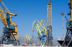 在装货的港口起重机在海港 图库摄影