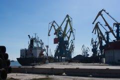 在装货的港口起重机在海港 库存图片