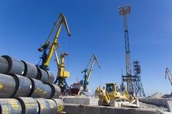 在装货的港口起重机在海港 库存照片