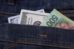 在裤兜的金钱,在牛仔裤的100美元装在口袋里 库存照片