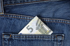 在裤子口袋的金钱 免版税图库摄影