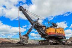 在褐煤采矿的电铁锹 免版税库存照片