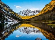 在褐红的湖的褐红的响铃峰顶 库存照片