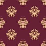 在褐红的背景的米黄花卉无缝的样式 免版税库存图片