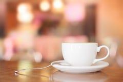 在褐色的加奶咖啡杯子 免版税库存照片