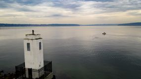 在褐色的小船指向灯塔开始海湾普吉特海湾塔科马 图库摄影