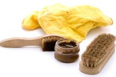在褐色的鞋子上光剂 免版税库存图片