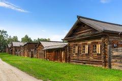 在西伯利亚村庄的街道上的木小屋在夏天 A 库存图片