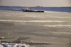 在西伯利亚河冷冻了水 免版税库存图片